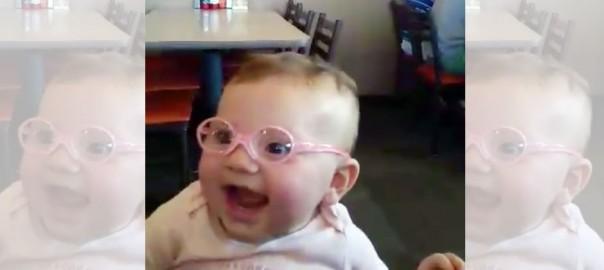 【感動】視力の弱い赤ちゃんが眼鏡をかけて、初めてお母さんとお父さんの顔を見た瞬間