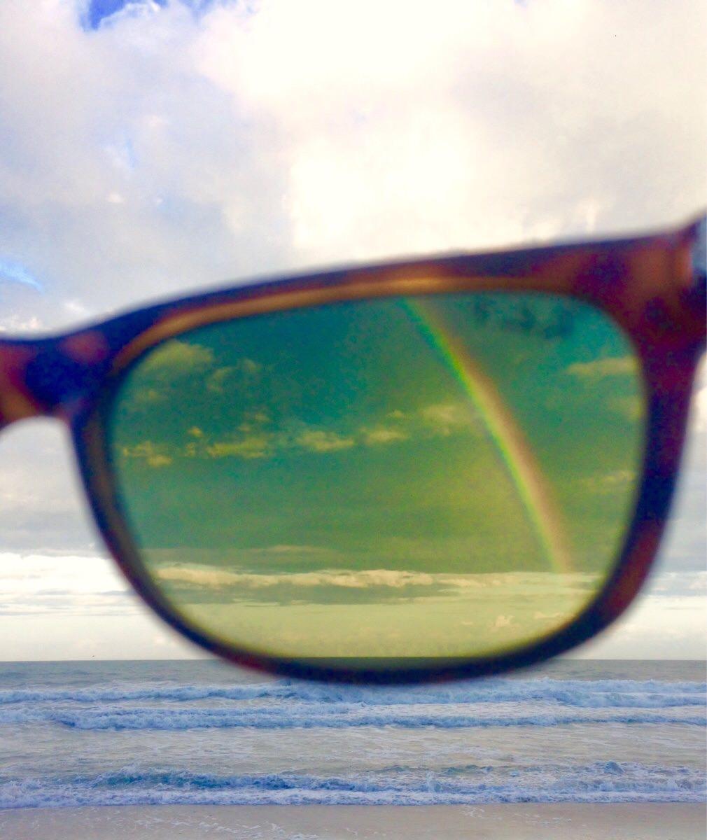 サングラス越しの虹