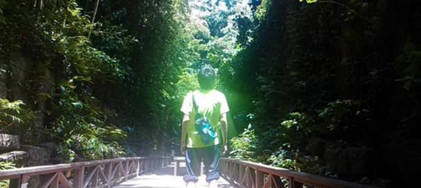 神が降臨?! 弟のシャツに光が反射し、天地を揺るがしそうなことになっている
