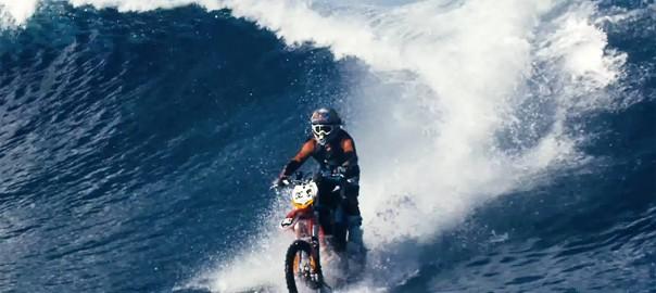 神業に拍手!モトクロスバイクでサーフィンする映像に大興奮
