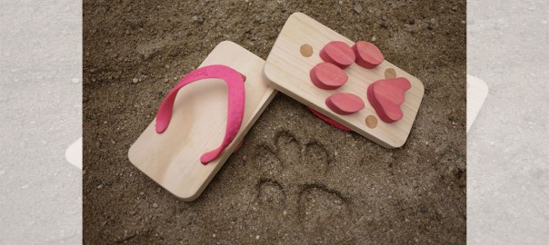 砂浜にニャンコの足あとを付けよう!「肉球サンダル」がめちゃ可愛い