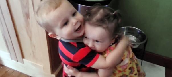 喜びを知ってしまった(笑) 女の子に初めて抱きついた男の子が可愛すぎる