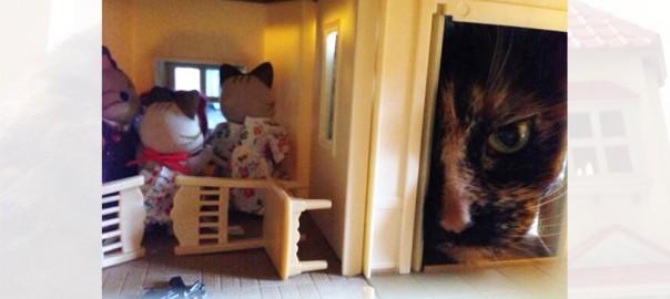 怪獣襲来で大ピンチ?! 猫のオモチャになったシルバニアファミリーに起こった惨劇