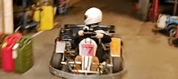 プロ顔負け!猛スピードで車庫入れする少年のテクニックに拍手