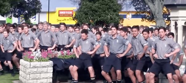 1700人の生徒たちが迫力の踊り!亡き先生に感謝を伝える