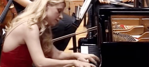 圧巻の超絶テクニック!女性ピアニストの「ラ・カンパネッラ」に鳥肌
