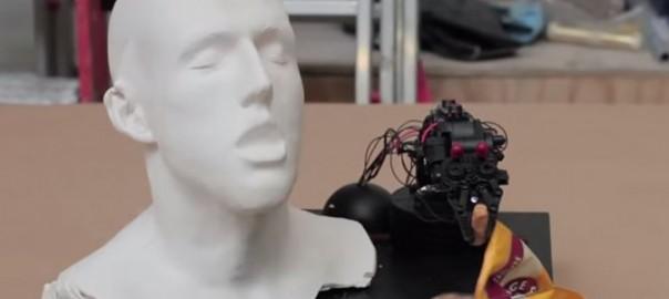 【怖すぎる!】自動でお菓子を食べさせてくれるロボットが大暴走