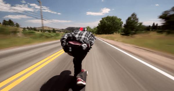 【爆速】坂道をスケボーに乗って滑走する動画がスリリング
