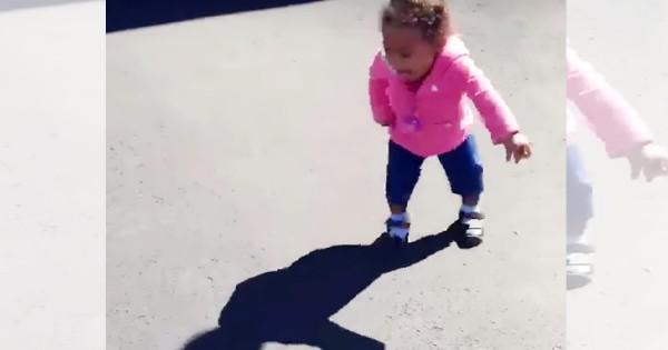 「助けて~!」自分の影が怖くて叫びまわる女の子が可愛すぎて抱きしめたい