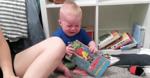 抱きしめたい!絵本を読み終えると大泣きする読書家の赤ちゃん
