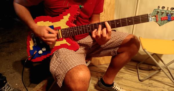 【演奏も可能】レゴで作ったギターが個性的すぎて超クール!
