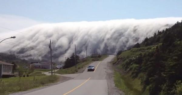 大災害?! 山から下りてくる巨大な霧がダイナミックすぎて震える