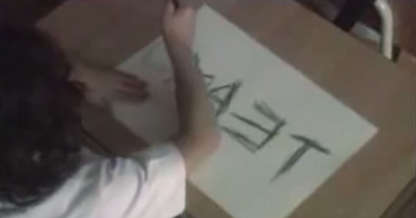 愛ゆえの行為!お絵かきの時間に男の子が逆さまの文字を書く理由とは?