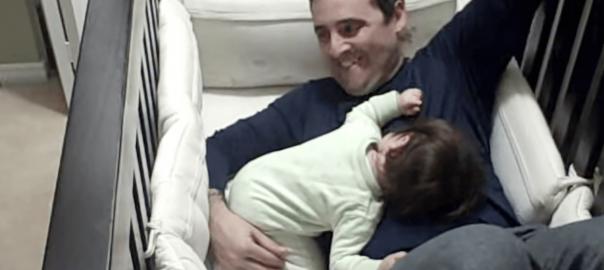 「逃がさない!」赤ちゃんを寝かしつけに来たお父さんが動けなくなちゃった
