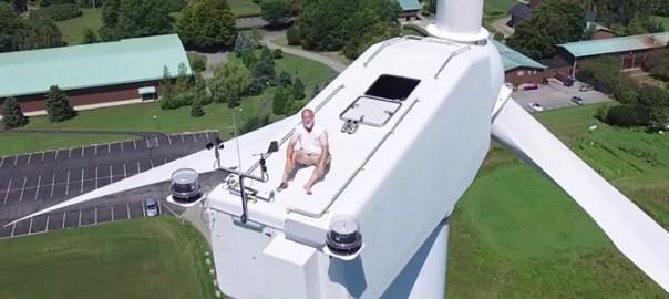 ウソだろ?! ドローンで風力発電塔を撮影したら日光浴してる人がいた!