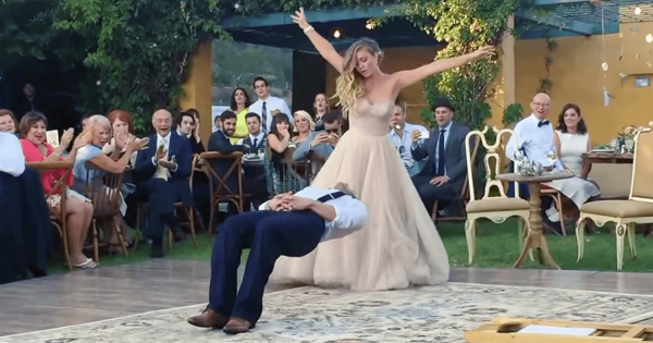 思わず声を出す!結婚式で新郎新婦が見せたマジックに度肝を抜かれる