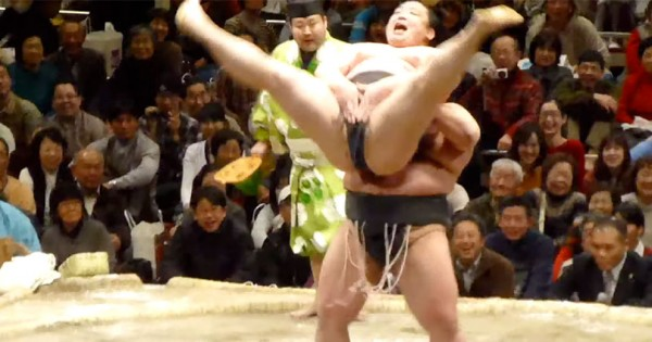 土俵でそれアリ?!(笑) 禁じ手を紹介するコント相撲「初っ切り」に笑いが止まらない