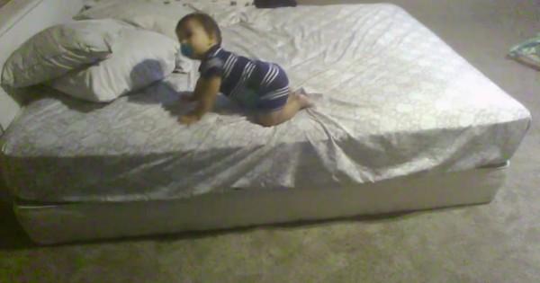 天才赤ちゃん現る!ベッドから安全に降りるため考え出した解決策に脱帽