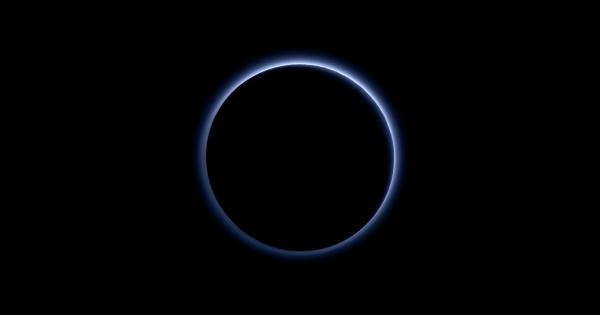 【NASAからの報せ】冥王星には群青の空と紅き氷の世界があった