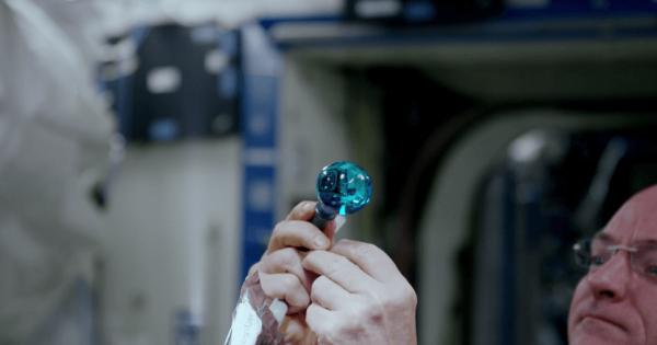 【NASAが4K撮影】無重力で漂う水に色をつけるとこんなにも美しい