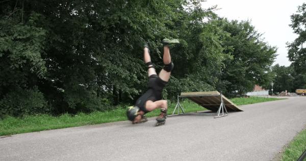 【驚異のバランス感覚】逆立ちして手で滑るローラースケートがもはや曲芸