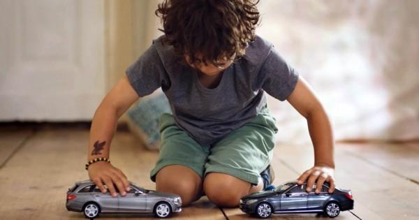 絶対に壊れないベンツのミニカーVSおもちゃをぶつけて遊びたい子供たち