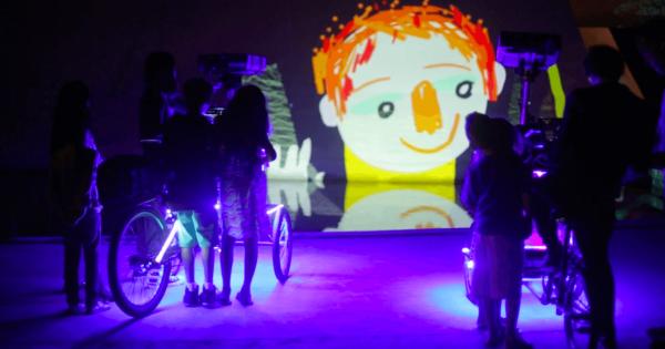 【三輪車で幸せを運ぶ】どこでもスクリーンにするアーティストに子どもたちは大喜び