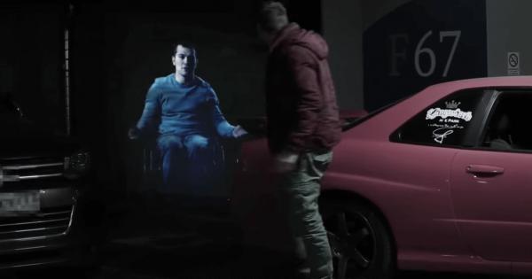 駐車場に突然現れた男性のホログラム!彼が他の駐車スペースを勧める理由とは?
