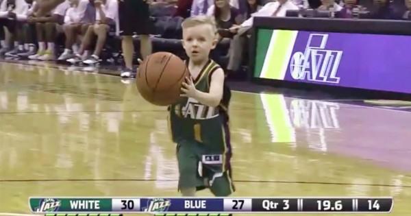 白血病と闘う5歳の子供。1日限定でプロバスケ選手になり、ダンクシュートを決める