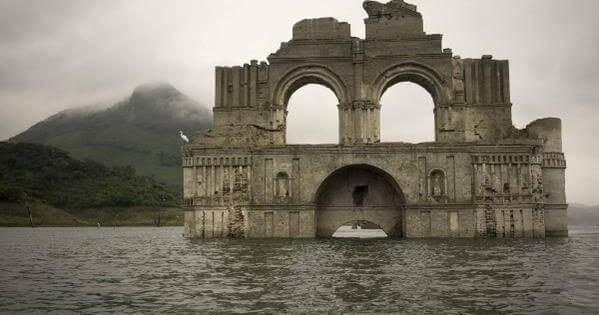 【まるで海底遺跡】干ばつにより水中から400年前の教会が姿をあらわした
