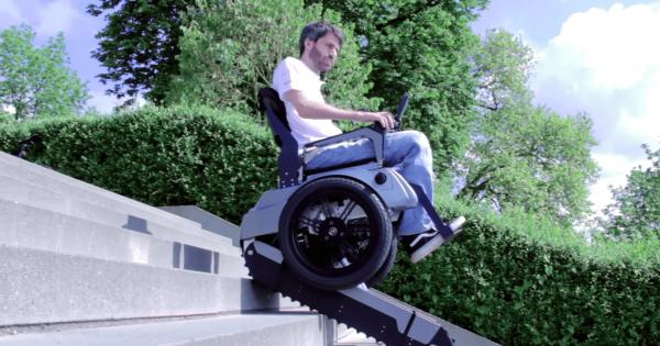 階段も登れるキャタピラーつき二輪車イスを海外の学生が開発!