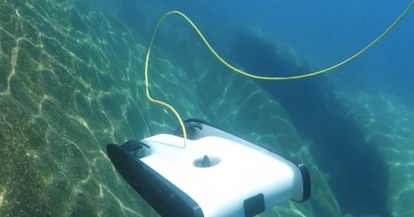【空撮だけじゃない】潜らなくても海の中が撮影できる水中ドローンが登場!