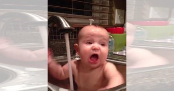 これは吹きだす!蛇口の水を何度も頭に浴びる赤ちゃんの反応が面白すぎる