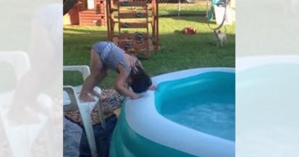 そっち行くの?!(笑)女の子のプールの入り方が意外すぎてかわいい