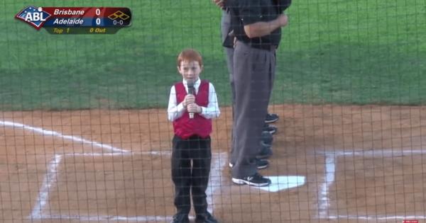 緊張したのかな?男の子が国歌を任されるもしゃっくりを連発し会場爆笑
