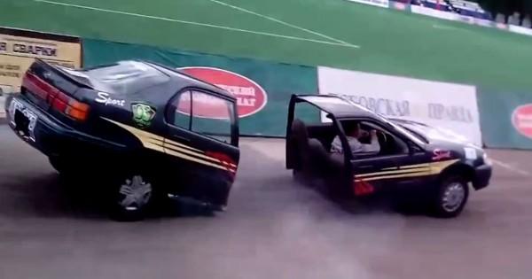 予想外の笑撃!いきなり「真っ二つ」になって走り回る車に爆笑が止まらない