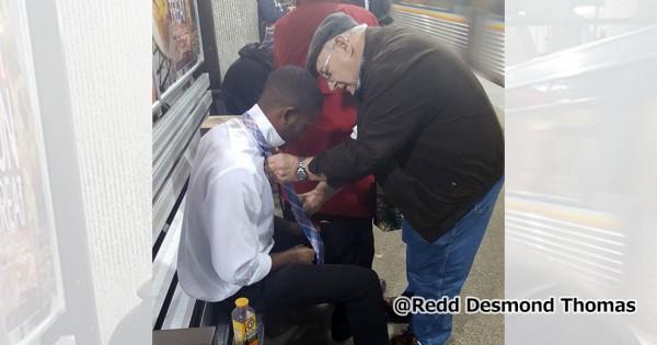 1枚で伝わる優しさ。見知らぬおじいちゃんと青年の出会いに心がホッコリ