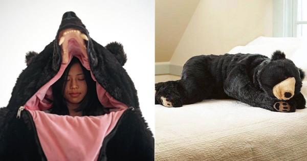 快眠どころか冬眠できるかも!(笑) 「クマの寝袋」の寝心地が最高に良さそう