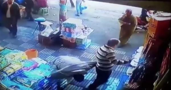 自業自得!女性のお尻を触った男が頭をど突かれ一発KO