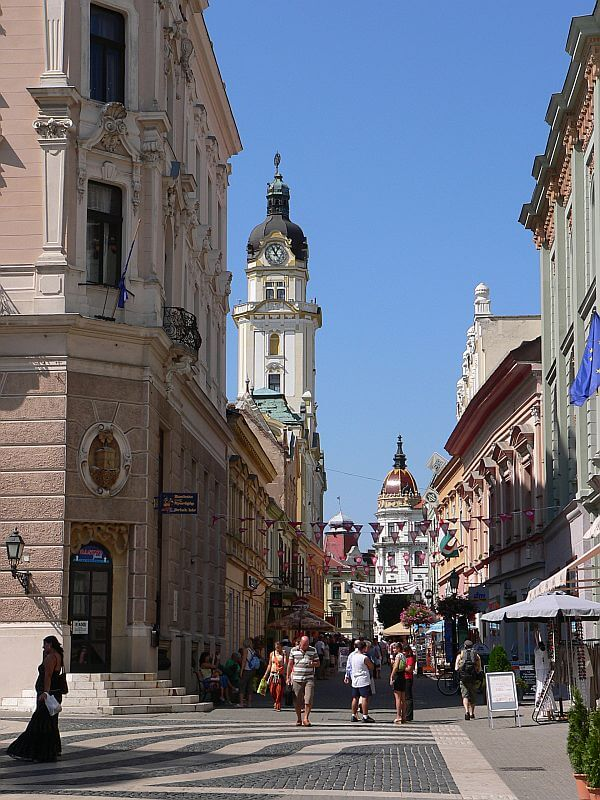 Pécs,_Király_St._and_Színház_Sq._corner