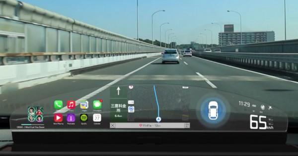 未来のカーナビが現実に!透明なスクリーンに映る「運転支援システム」に世界が驚愕