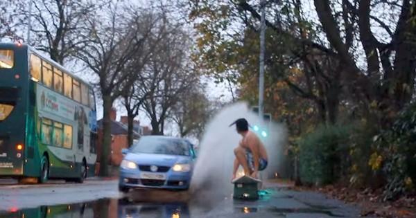 この男おバカすぎる!車道の水たまりでサーフィンにチャレンジしてみた