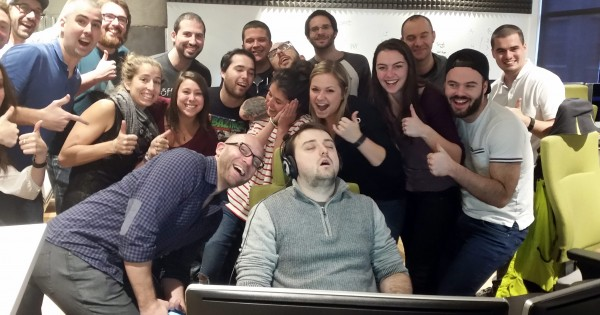 新入社員が入社初日から居眠り!ドッキリ写真がネット上で大喜利大会に発展