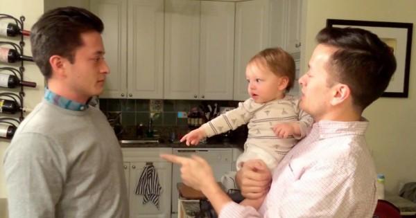 【どっちがパパ?】双子のパパに困惑する赤ちゃんがかわいい
