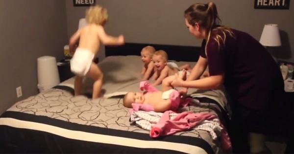 お着替えするのも一苦労!4人の赤ちゃんとママの微笑ましい攻防戦にほっこり