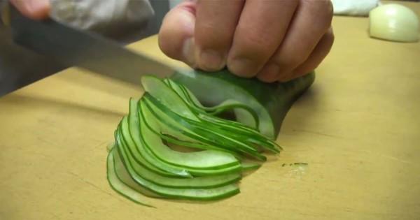 まさに神技!目隠しでキュウリを薄切りにする寿司職人の技術がヤバい
