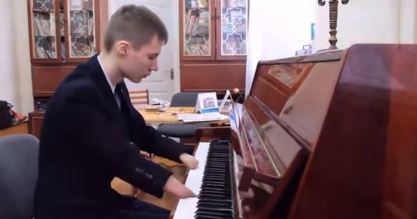 ハンデを全く感じない!指のない少年ピアニストの演奏に心が震える