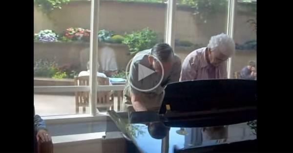 結婚62年の老夫婦が病院内のホールにあったピアノでセッション! 素敵すぎる!