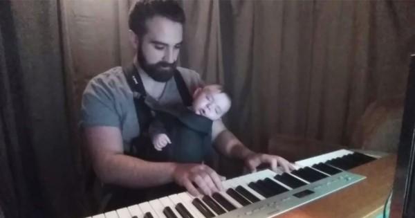 一瞬で夢の世界へ!可愛いわが子のためにパパがピアノで子守唄を演奏