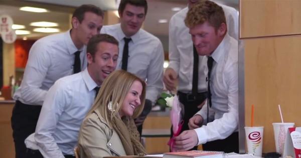素敵すぎるバレンタイン!キャンパスの女子に学生アカペラグループが歌と花をサプライズプレゼント